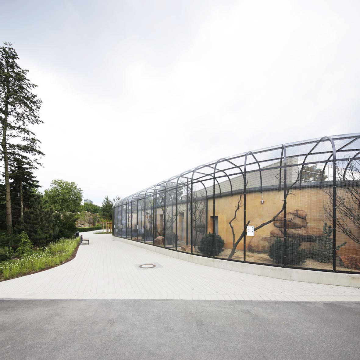 Loops entlang der Wege der Parklandschaft des Zoos